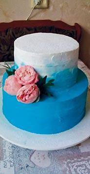 Бело-голубой свадебный торт с живыми розами