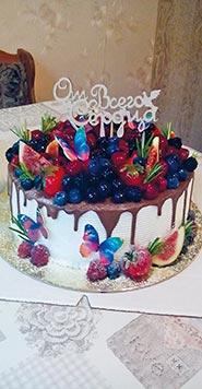 Свадебный торт со свежими фруктами