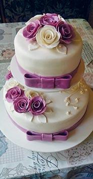 Свадебный торт с бело-сиреневыми розочками