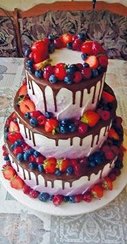 Трехъярусный свадебный торт с фруктами
