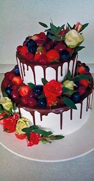 Двухъярусный свадебный торт с фруктами
