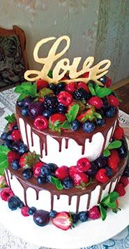 Сливочный свадебный торт с фруктами