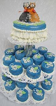 Бело-синий свадебный торт с пирожными
