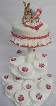Бело-розовый свадебный торт с пирожными