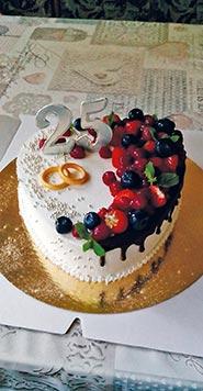 Сливочный свадебный торт в виде сердца с фруктами