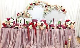 Красно-бордовое текстильное оформление стола молодоженов
