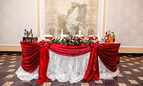 Оформление свадебного стола молодоженов красной тканью