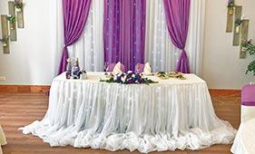 Бело-фиолетовое оформление свадебного стола молодоженов