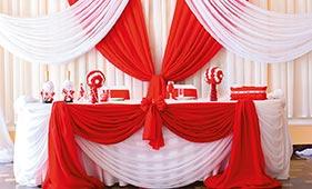 Бело-красное оформление свадебного стола молодоженов