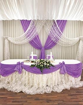 Бело-сиреневое оформление свадебного стола молодоженов