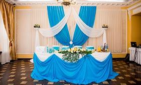 Бело-голубое оформление свадебного стола молодоженов