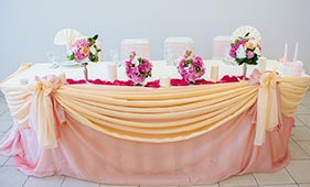 Оформление свадебного стола молодоженов розовой и персиковой тканью