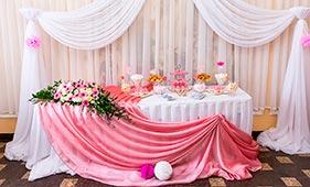 Бело-розовое оформление свадебного стола молодоженов