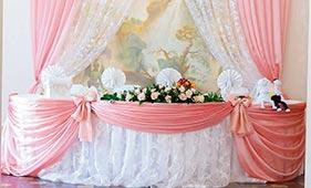 Оформление свадебного стола молодоженов розовой и белой тканью