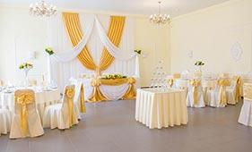 Бело-золотое оформление свадебного стола молодоженов