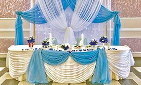 Бело-голубое текстильное оформление стола молодоженов