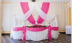 Оформление стола молодоженов белой и розовой тканью