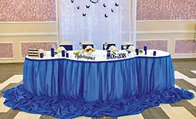 Синее оформление свадебного стола молодоженов