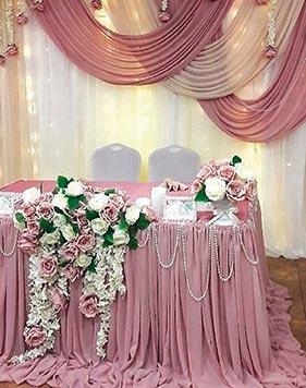 Серо-розовое оформление свадебного стола молодоженов