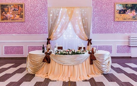 Оформление свадебного стола молодоженов кремово-персиковой тканью