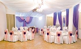 Розово-фиолетовое оформление банкетного зала
