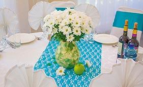 Бирюзовое оформление свадебного стола гостей