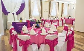 Розово-сливовое текстильное оформление банкетного зала