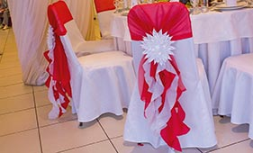 Бело-красное текстильное оформление банкетного зала