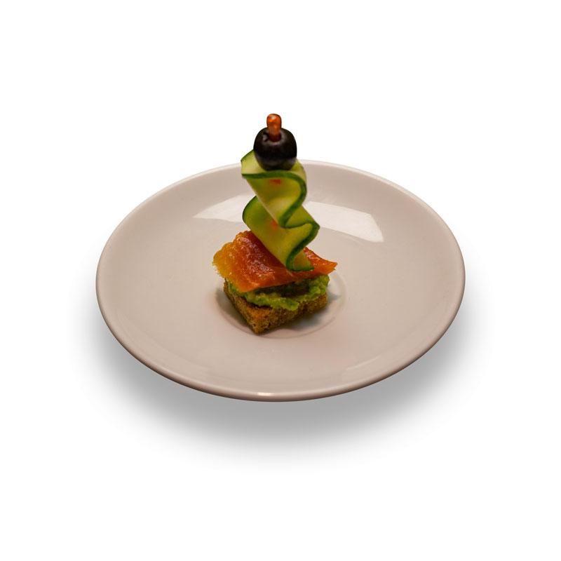 Канапе с лососем и  авокадо