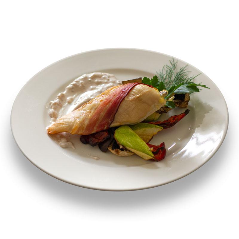 Куриная грудка, обернутая беконом с соусом Белое вино и овощным соте