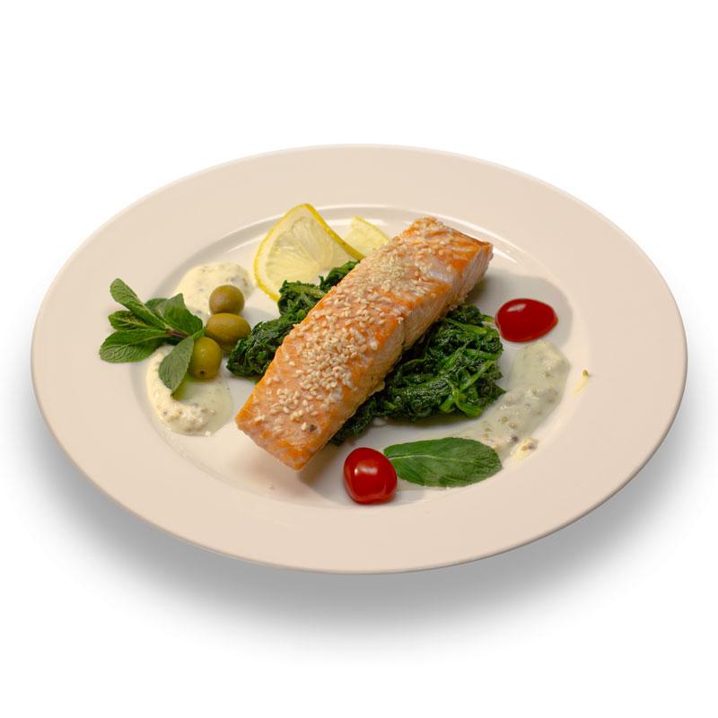 Стейк из норвежского лосося с кунжутным соусом и шпинатом