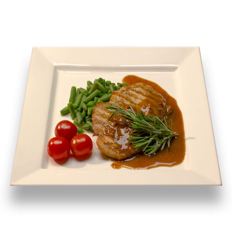 Стейк из свинины со стручковой фасолью и соусом Деми-глас