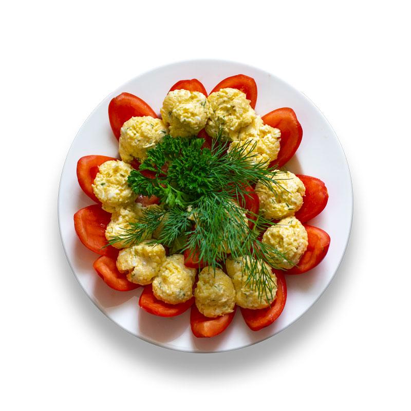 Томаты, фаршированные сыром, чесноком и зеленью